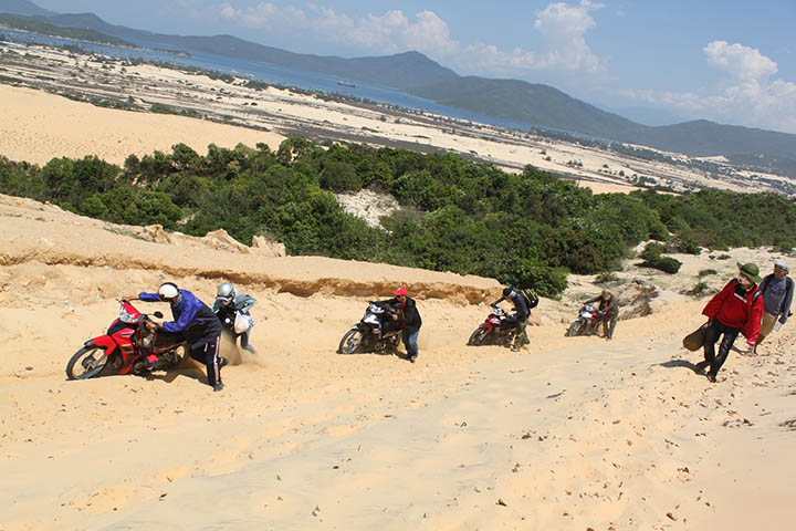 Conquering Mui Doi Sand Dunes is not easy - Little deserts in Vietnam